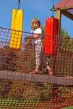 Spaß im Parkseil. Mädchen gleicht Hindernisse aus Stockbilder