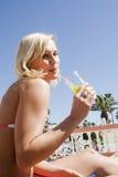 Spaß im Pool am Feiertag haben Lizenzfreies Stockfoto