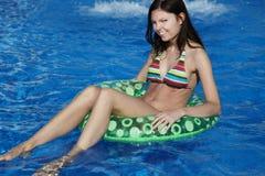 Spaß im Pool haben stockfoto