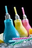 Spaß kühlte die Cocktails, die in farbigen Glühlampen gedient wurden Lizenzfreies Stockfoto