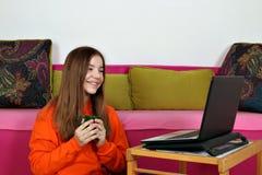 Spaß-Medieninhalt der Jugendlichen aufpassender stockbilder
