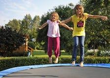 Spaß mit Gartentrampoline stockbild
