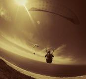 Spaß mit Gleitschirmfliegen Lizenzfreie Stockfotos