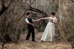 Spaß-Paare, die zusammen tanzen Stockfotografie