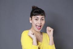 Spaß 20s Brunette, der schüchternen Erfolg ausdrückt Lizenzfreie Stockfotografie