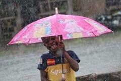Spaß unter dem Regen stockfotografie