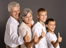 Spaßfamilie mit den Daumen oben Lizenzfreies Stockfoto