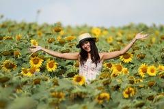 Spaßfrau auf dem Gebiet der Sonnenblumen Lizenzfreies Stockbild