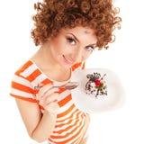 Spaßfrau, die den Kuchen isst Stockbild