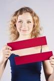 Spaßfrau, die eine Fahne anhält Stockbilder