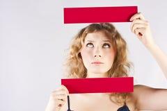 Spaßfrau, die eine Fahne anhält Lizenzfreies Stockfoto
