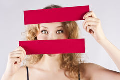 Spaßfrau, die eine Fahne anhält Stockfotos