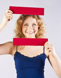 Spaßfrau, die eine Fahne anhält Lizenzfreies Stockbild