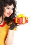 Spaßfrau mit Geschenk Stockfotografie