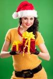 Spaßfrau mit Weihnachtsgeschenk Stockfotografie