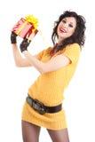 Spaßfrau mit Weihnachtsgeschenk Stockfotos