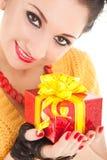 Spaßfrau mit Weihnachtsgeschenk Lizenzfreies Stockbild