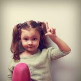 Spaßgefühl-Kindermädchen mit der guten Idee, die sich Finger zeigt Nahaufnahme p Lizenzfreies Stockbild