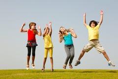 Spaßgruppe des Kindspringens Stockbild