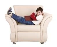 Spaßjungenschlaf mit Buch. Stockbilder