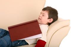 Spaßjungenschlaf mit Buch. Lizenzfreies Stockbild