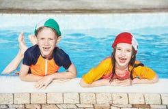 Spaßkinder im Hotelerholungsortpool Stockbild