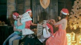 Spaßkissenschlacht Gruppe Freunde, die Spaß, Weihnachtsfest zusammen genießend haben und spielen mit den Kissen und lachen stock footage