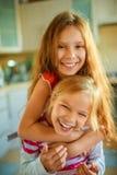 Spaßlachen mit zwei kleinen Schwestern Lizenzfreies Stockbild