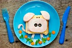 Spaßlebensmittel-Kunstidee für Kinder frühstücken - lustiges Schweinsandwich stockfotografie