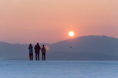 Spaßmodelle von Flugzeugen, Sonnenuntergang in den Bergen, Winter Stockfotografie