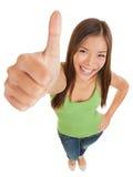 Spaßporträt eines Frauengebens Daumen oben Lizenzfreie Stockbilder
