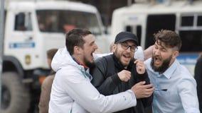 Spaßsitzung von Freunden Überraschung für Mann Glückliches Umarmen mit einer Jungenzeitlupe