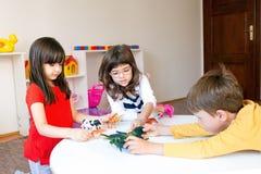 Spaßspiel im Kindergarten lizenzfreie stockbilder