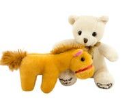 Spaßspielwarenpelzbären und -pferd lokalisiert Lizenzfreies Stockbild