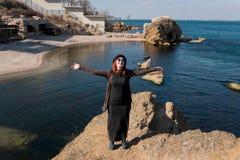 Spaßsport-Mädchenhände verbreiteten auf den Seiten der Natur nahe dem Ozean Stockbilder