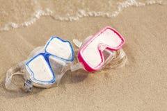 SpaßWasseraktivität. Zwei tauchende Masken auf Sand Stockbild