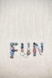 Spaßwort gemacht von den Kieseln auf einem sandigen Strand Stockfotos