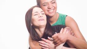 Spaßzeitvertreib von zwei Freundinnen stock video footage