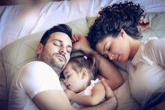 Spać w ojczulek rękach jest najwięcej pięknego uczucia zdjęcia stock