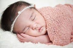 Spa? w opakunek nowonarodzonej dziewczynce zdjęcia stock