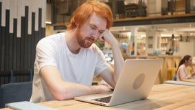 Spać Zmęczonego Młodego rudzielec brody mężczyzna przy pracą obrazy stock