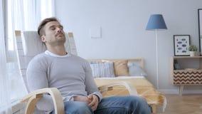 Spać Zmęczonego W Średnim Wieku mężczyzna Relaksuje na Przypadkowym krześle zbiory