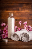 SPA ή σύνολο wellness Άσπρο άλας θάλασσας στο μπουκάλι γυαλιού, πετσέτες και Στοκ φωτογραφία με δικαίωμα ελεύθερης χρήσης