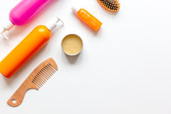 SPA γυναικών haircare στο μπουκάλι στην άσπρη τοπ άποψη υποβάθρου στοκ εικόνες με δικαίωμα ελεύθερης χρήσης