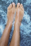 SPA - θηλυκό μασάζ ποδιών με το αερισμένο νερό Στοκ φωτογραφία με δικαίωμα ελεύθερης χρήσης