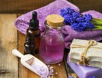 SPA και aromatherapy πετρέλαιο, πετσέτες, πορφυρά λουλούδια, σαπούνι, άλας λουτρών Στοκ εικόνες με δικαίωμα ελεύθερης χρήσης