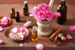 SPA και aromatherapy σύνολο με το ροδαλά κονίαμα και τα καρυκεύματα λουλουδιών Στοκ φωτογραφίες με δικαίωμα ελεύθερης χρήσης