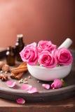 SPA και aromatherapy σύνολο με το ροδαλά κονίαμα και τα καρυκεύματα λουλουδιών Στοκ Εικόνες