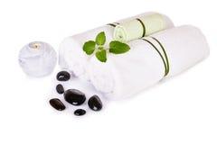 SPA και wellness που θέτουν με τις φυσικές πέτρες, το κερί και τις πετσέτες Στοκ Εικόνα