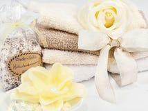 SPA και wellness που θέτουν με το σαπούνι, τα άλατα λουτρών και τις πετσέτες Στοκ Εικόνα